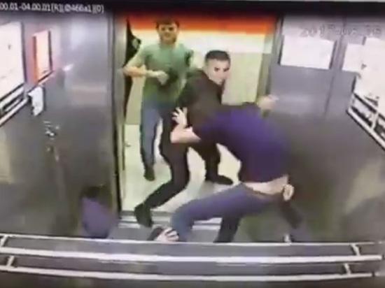 Полиция проверяет видео избиения омичом троих кавказцев в лифте
