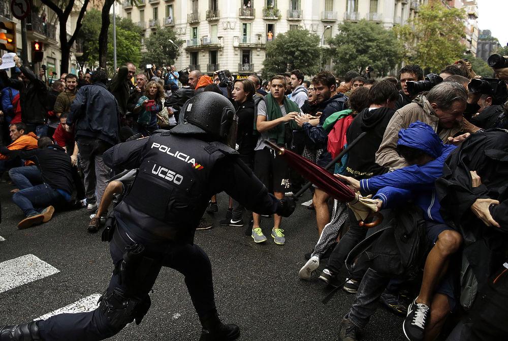 Появилось видео стрельбы испанской полиции по протестующим в Каталонии
