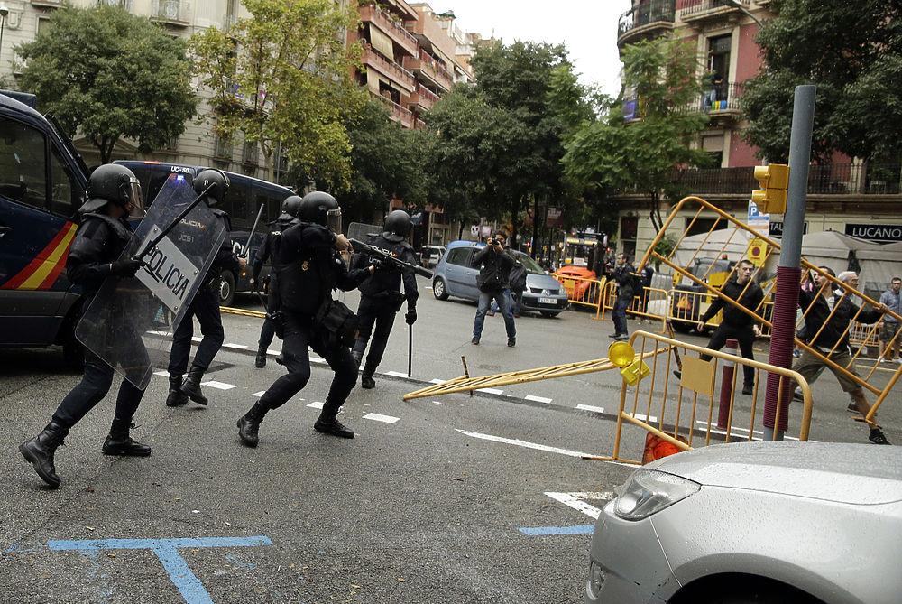 В соцсетях распространяют фото сотрудника полиции Каталонии, плачущего от бессилия