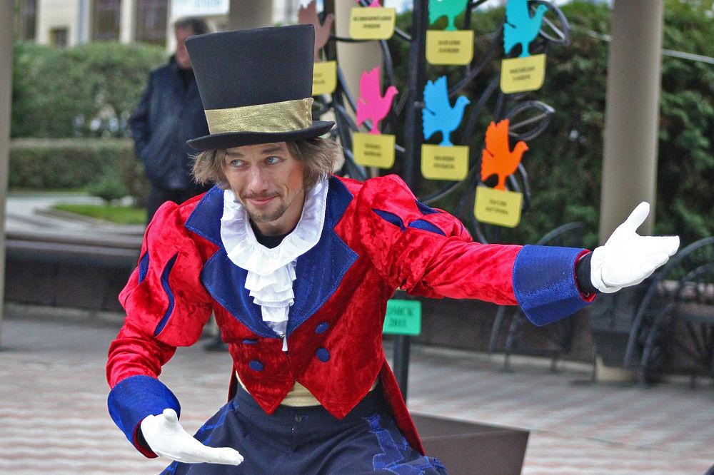 Участники кукольного фестиваля прошли торжественным парадом по улицам Омска