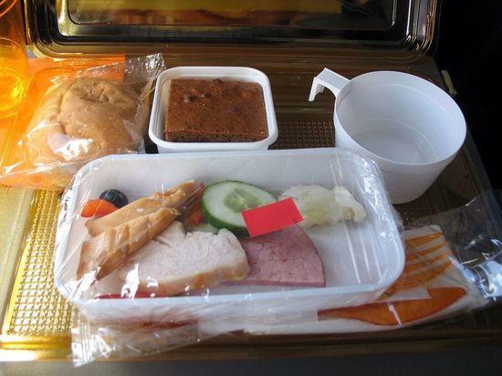 Пассажиров, ставших жертвами перевозчика-банкрота, накормит аэропорт