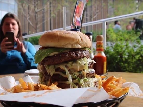 Их было всего два: нью-йоркскую официантку уволили за «путинбургер»