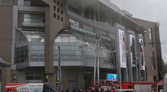 7ef67a584334 В Москве вспыхнул пожар на крыше торгового центра