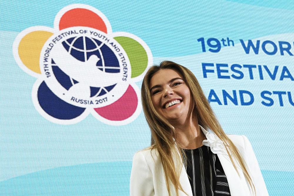 XIX Всемирный фестиваль молодежи и студентов посетила 34-летняя олимпийская чемпионка по художественной гимнастикеАлина Кабаева. Вместе с Тиной Канделаки и Вячеславом Фетисовым спортсменка выступила на встрече с молодежью, где говорили о популяризации спорта в России. После встречи она с удовольствием фотографировалась с многочисленными желающими. Присутствующие отметили, что девушка похудела и похорошела, а белый брючный костюм произвел на фанатов неизгладимое впечатление.