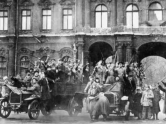 «Зимний взят»: 100 лет назад большевики захватили власть в России