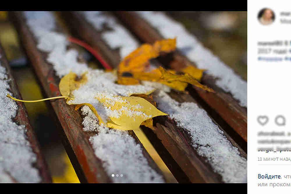 Ещё ночью пользователи социальных сетей начали выкладывать фотографии первого снега, который припорошил осеннюю столицу. Утром любителям выкладывать фотографии в соцсети тоже было чем порадовать своих подписчиков: снег не успел стаять. Судя по комментариям пользователей, тот факт, что на Москву неумолимо движется зима никто не расстраивает, а даже наоборот!