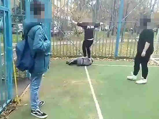 Видеохроника подростковой жестокости: школьница била мальчика ногами по лицу