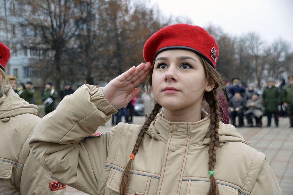 В Твери прошли маршем под красными знамёнами