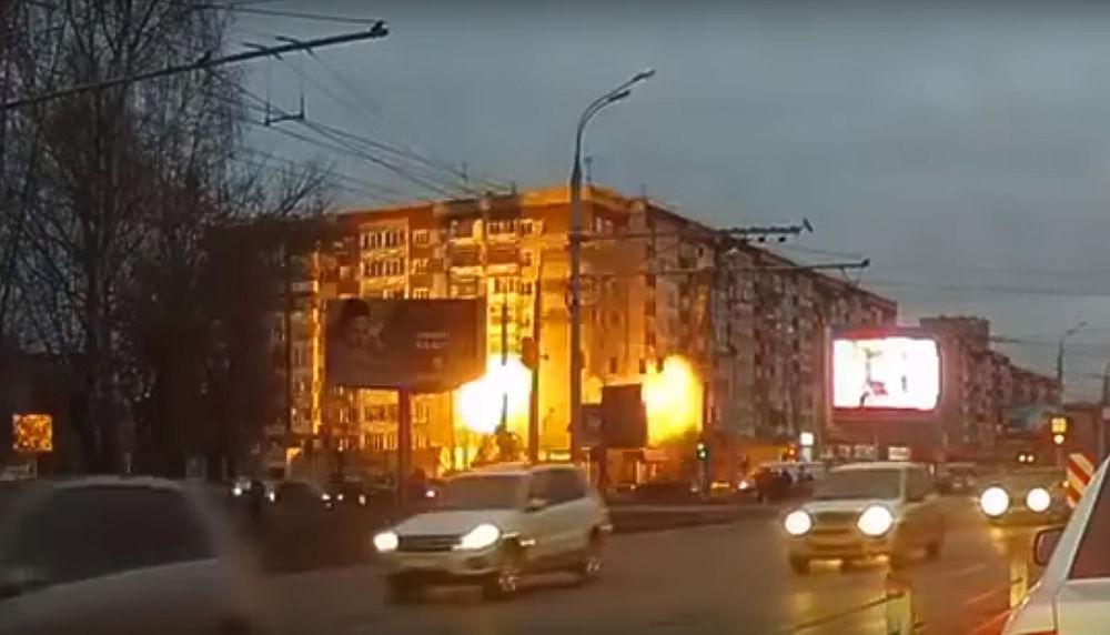 Шесть человек погибли, из них двое детей, в результате обрушения угла дома в Ижевске. Еще трое человек получили ранения. По всей видимости, катастрофа произошла из-за взрыва бытового газа, часть здания просто сложилась, погребя под собой восемь квартир. На видеорегистраторах проезжающих машин видно клуб огня, вырвавшегося из окон. В настоящий момент пострадавшим оказывается помощь.