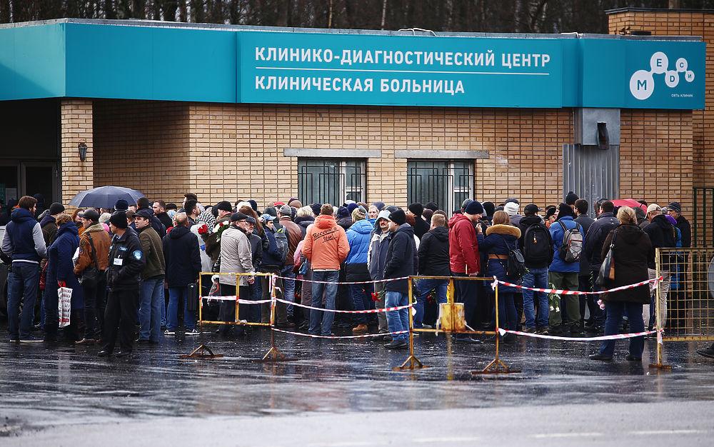 Десятки людей собрались у частной медицинской клиники на Пятницком шоссе, где прошло прощание с Михаилом Задорновым. Несмотря на то, что мероприятие было закрытым, все принесли цветы. Сатирика вспоминали не только родные и близкие, но и коллеги по ремеслу, а также однокурсники из МАИ.