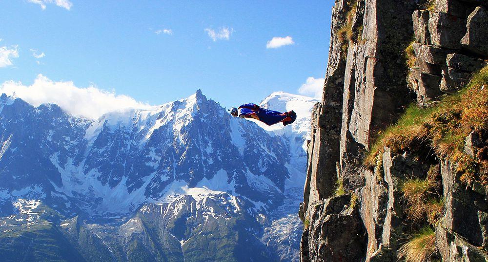 11 ноября 2017 года в Непале погиб известный российский бейсджампер Валерий Розов. Спортсмен пытался совершить прыжок с горы Ама-Даблам высотой 7700 метров над уровнем моря, но врезался в ледник.  52-летний спортсмен из Москвы занимался сразу несколькими экстремальными видами спорта — бейсджампингом в костюме-крыле, прыжками с парашютом, альпинизмом, скалолазанием, горными лыжами. За свою карьеру он прыгал в жерло действующего вулкана, получил значительные ожоги при попытке прыжка с антенны во Франции, поднимался на самую высокую вершину Африки, на гору Ульветанна в Антарктиде, в Гималаи. В октябре 2016 года Валерий Розов установил мировой рекорд, прыгнув с крылом с гималайской вершины Чо-Ойю на границе Китая и Непала. У него остались трое сыновей, которые в свою очередь тоже фанаты гор и экстрима.