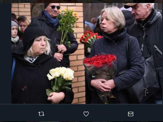 Посмертные овации: гроб стелом Задорнова провожали накладбище бурными аплодисментами
