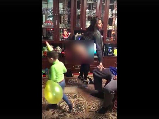 Мама танцует для сына стрибтиза видео