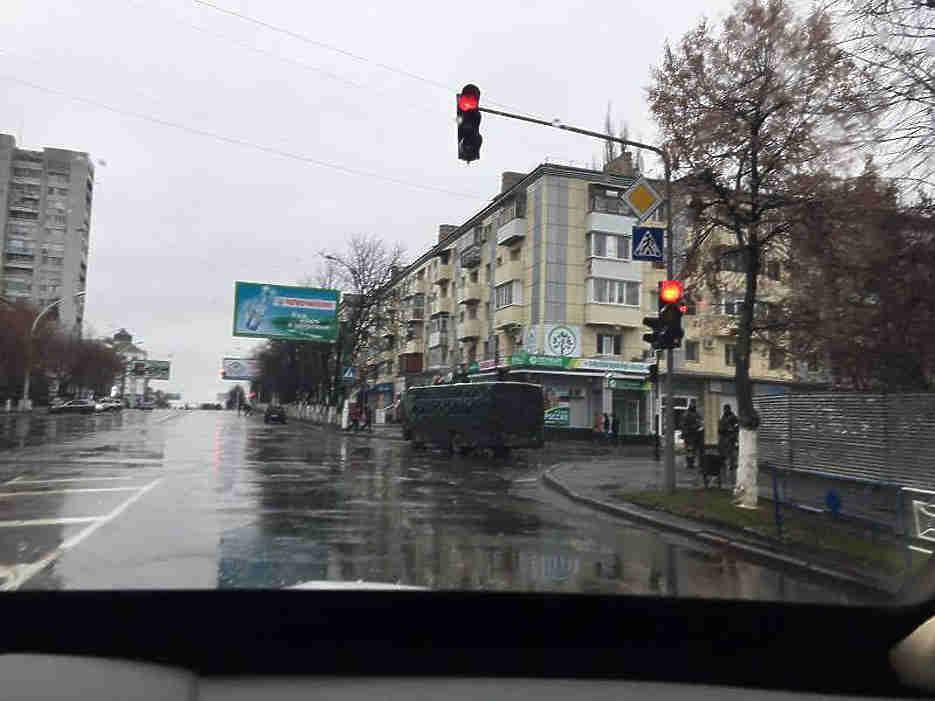 Патрули специальной мониторинговой миссии ОБСЕ на Украине провели рейд по Луганску и разместили фото военных и техники, которых они обнаружили на улицах, на фейсбуке. По словам представителей миссии, в городе спокойно. Накануне ОБСЕ также опубликовала информацию о колонне военных машин, в том числе бронетранспортеров и зенитки, около Дебальцево в Донецкой области. Позже эта колонна была замечена уже около Луганска.