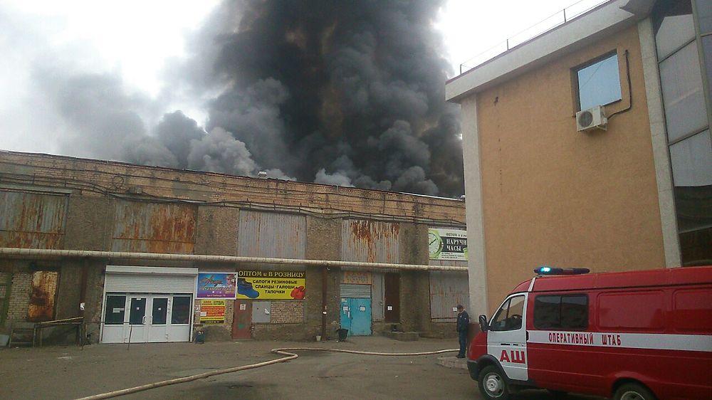 """Крупный пожар в ТК """"Мир"""" в Оренбурге удалось локализовать"""