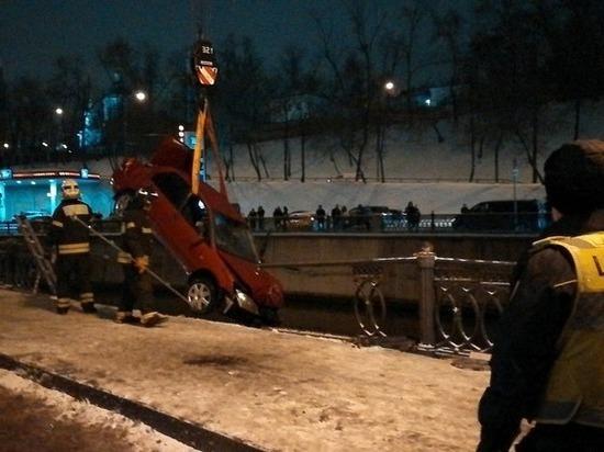 В Москве женщина вместе с машиной упала в Яузу