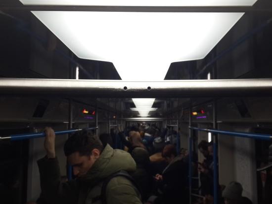 «Свинтили за одну ночь»: в новейших вагонах подземки демонтировали поручни-шесты