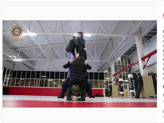 Кадыров победил Емельяненко, удержав впланке насебе четырех человек