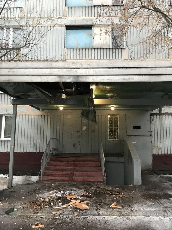 Школьник выпал из окна 16-го этажа, выпив полбутылки виски