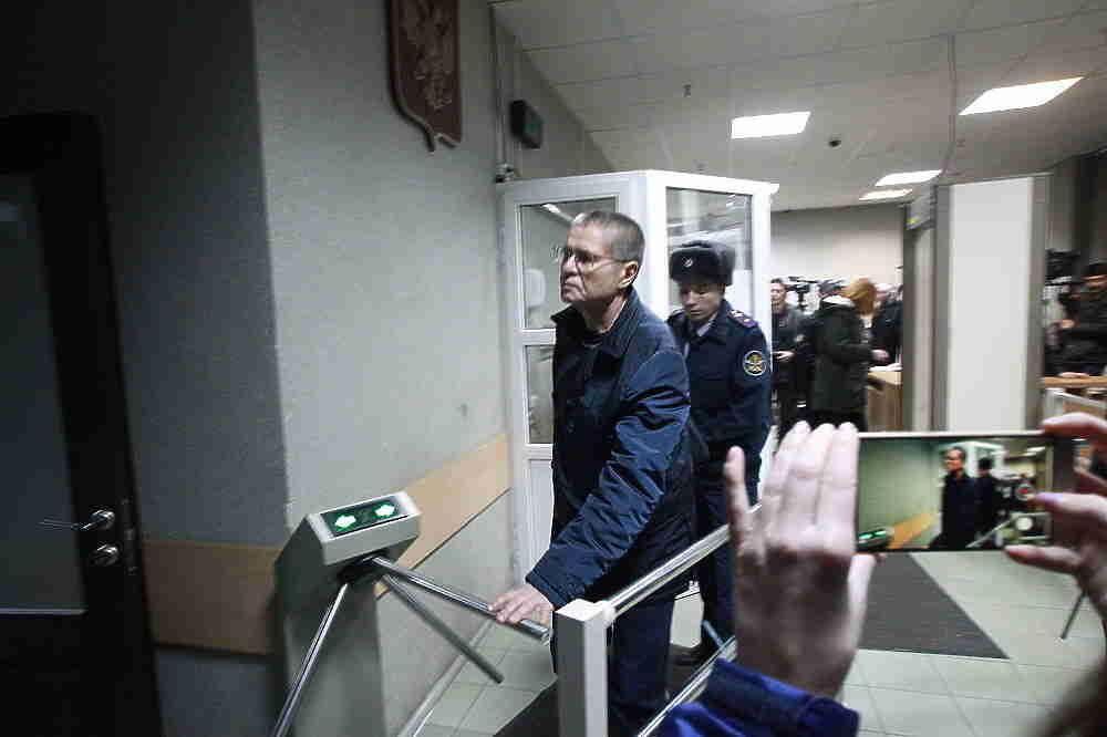 Экс-министр Алексей Улюкаев, который утром прибыл в Замоскворецкий суд столицы на оглашение приговора по делу о взятке в 2 млн долларов, охотно пообщался с журналистами. Еще на улице он отметил, что чувствует себя хорошо, а уже в здании суда разве что не станцевал на камеру.
