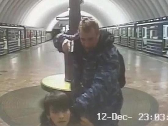 Нетрезвый охранник спистолетом установил наколени пассажира метро