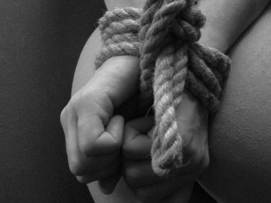 Педофил насиловал свою родную дочь 4  года