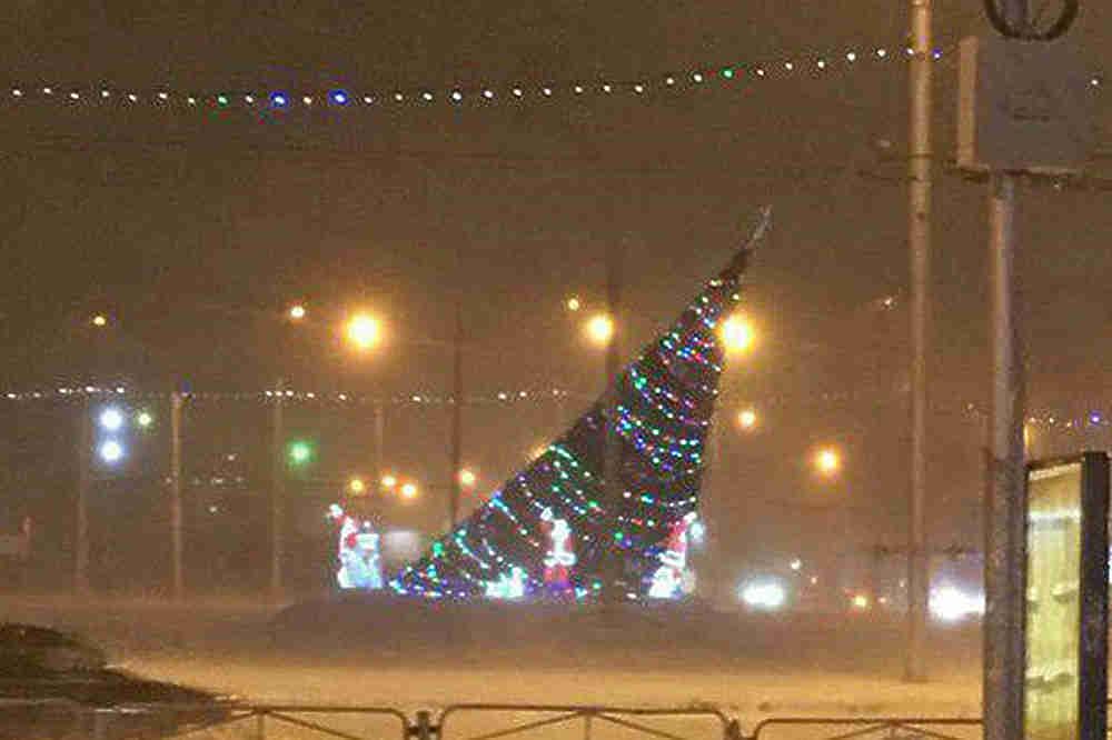 Шквальный ветер с метелью ударил по городам Сибири, Урала и Северного Кавказа. Самые тяжелые последствия пока отмечены в Новосибирске. Здесь ураган сорвал крышу, которая рухнула на легковую машину, 25-летний водитель погиб на месте. Порыв ветра также снес новогоднюю елку на площади Маркса, сорваны рекламные щиты и указатели, сгорел один дом в области. Шторм раскачивает дома -жители многоэтажек зафиксировали качание люстр и висящих предметов. Аэропорт Толмачево почти не работает, отменены многие рейсы автобусов в городе. Около 500 домов остались без электричества. Сугробами занесены Омск и Томск.