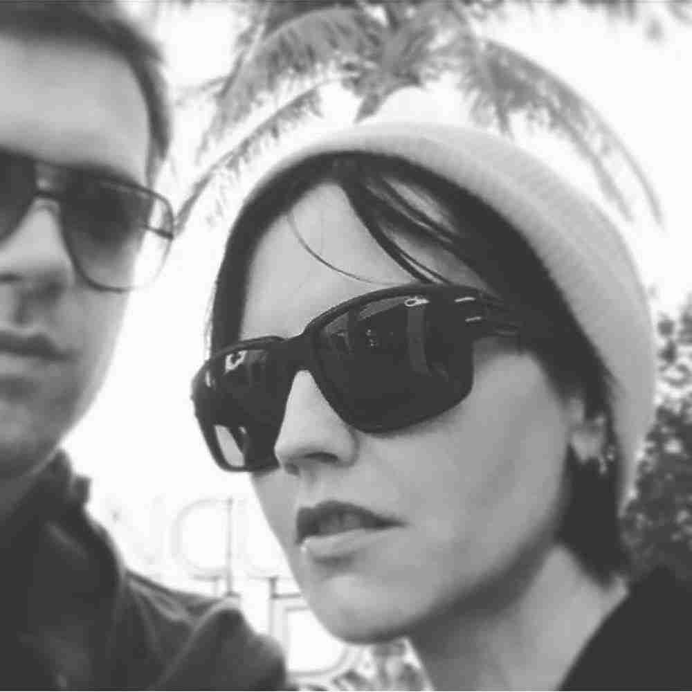 """Накануне, 15 января, скончалась вокалиста популярной группы The Cranberries Долорес О'Риордан, ей было 46 лет. Певица была найдена мертвой в одном из лондонских отелей - в столицу Англии Долорес приехала со своей группой, чтобы записать песню в местной студии. Пока причины смерти не установлены, на Родине артистки многие не могут поверить, что её больше нет в живых. В нашей стране группа The Cranberries стала популярной благодаря легендарному треку """"zombies"""", который попал в ротацию российских музыкальных телеканалов."""