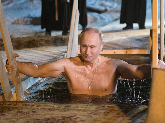 На видео купания Путина в Крещение решили скрыть его плавки