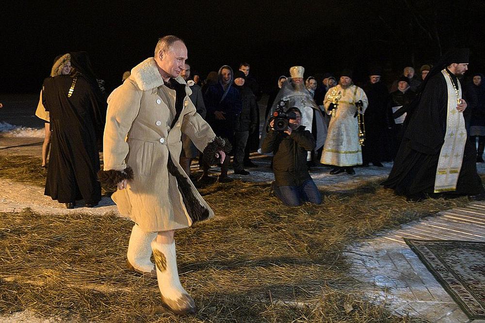 Президент Владимир Путин на Крещение искупался в проруби под камеры. Для купания он поехал на Селигер. Облаченный в тулуп и валенки глава государства окунулся в ледяную воду с невозмутимым выражением лица, осенив себя крестным знамением. На груди президента висел крестик на цепочке.