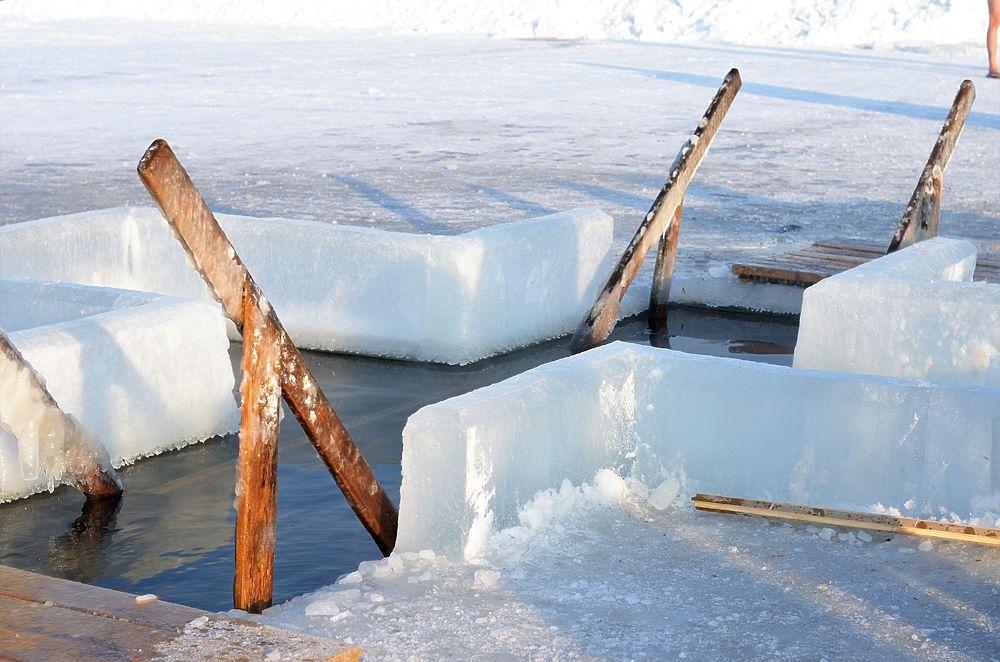 Челябинцы встретили Крещенье купанием в ледяной воде