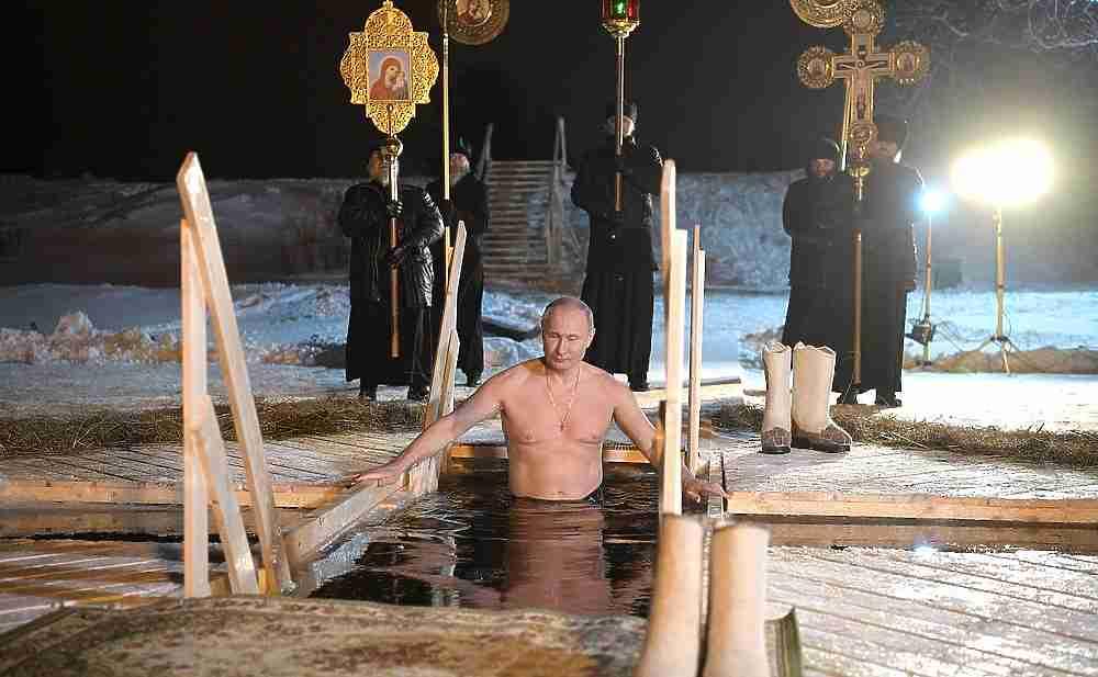 Владимир Путин искупался в Тверской области на Крещение
