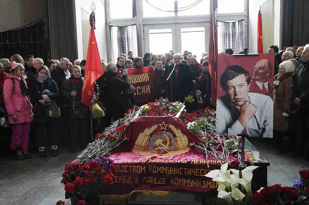 """Лидер движения """"Трудовая Россия"""" Виктор Анпилов скончался 15 января в возрасте 72 лет. Прощание с политиком прошло в субботу,  20 января,  в траурном зале Троекуровского кладбища."""