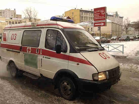 В Москве пенсионер с автомобилем провалился в яму с кипятком