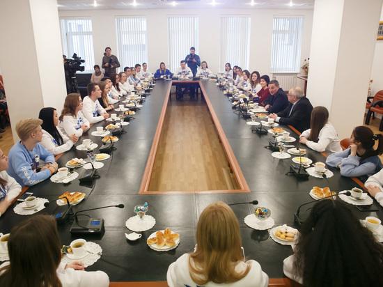 Андрей Бочаров встретился с волонтерами – победителями конкурса «Послы Победы. Сталинград»