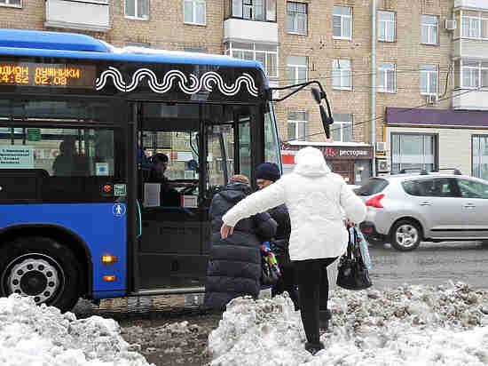 Пассажиры вытолкали застрявший всугробе московский автобус
