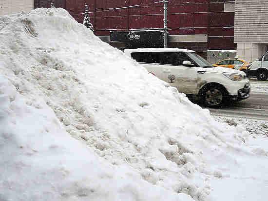 В Подмосковье жители завалили снегом дверь управляющей компании