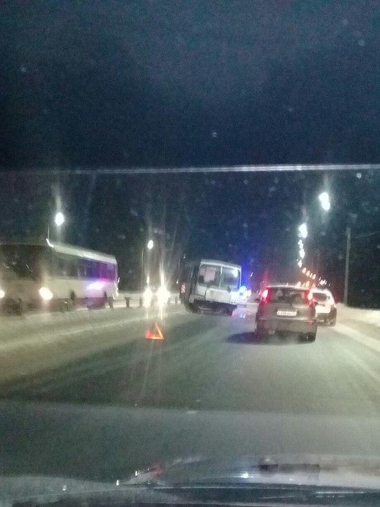 В Ярославле автобус снёс ограждения и вылетел на встречную полосу
