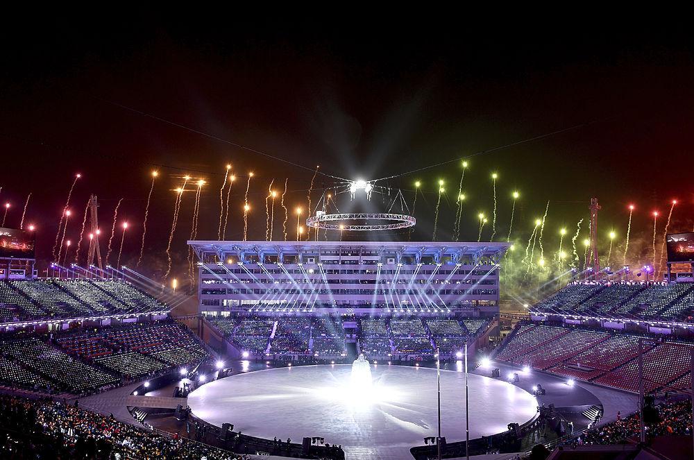 В корейском Пхенчане прошла церемония открытия Зимних Олимпийских игр. После красочного шоу, в котором приняли участие как южные корейцы, так и их соседи из КНДР, под флагами своих стран по стадиону прошли сборные стран-участниц. Российские спортсмены промаршировали 55-ми под флагом олимпийского движения, который несла девушка-волонтер из Кореи. Несмотря на многочисленные запреты и дисквалификации, многие болельщики поддержали россиян символикой и приветственными плакатами.