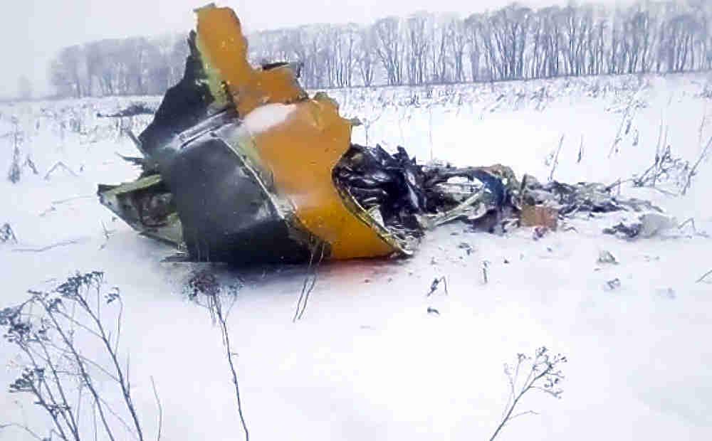 """Самолет Ан-148 """"Саратовских авиалиний"""" рейсом Москва-Орск пропал с радаров через несколько минут после вылета из Домодедово. На борту находился 71 человек, никто не выжил. Очевидцы рассказали о взрыве на месте бедствия, обломки лайнера и тела раскидало на большой территории и занесло снегом. Ведется поиск погибших."""