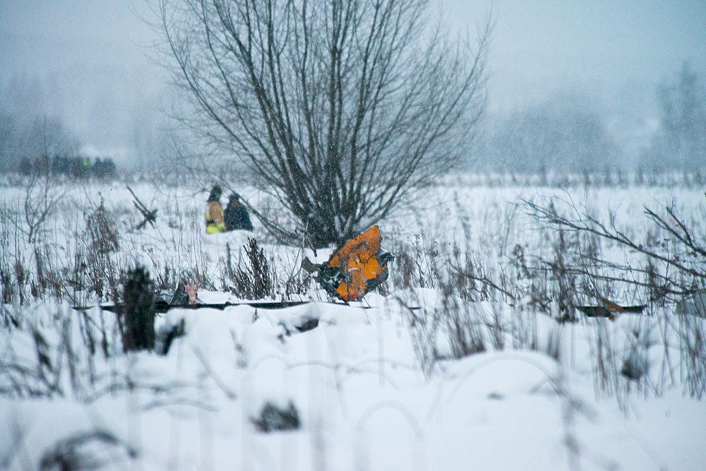 """Репортер """"МК"""" побывал на месте крушения АН-148 """"Саратовских авиалиний"""". По полю размётаны фрагменты самолета, части багажа и личных вещей пассажиров, почтовые отправления. Некоторые предметы запутались в ветвях деревьев, зловеще развиваясь на ветру."""