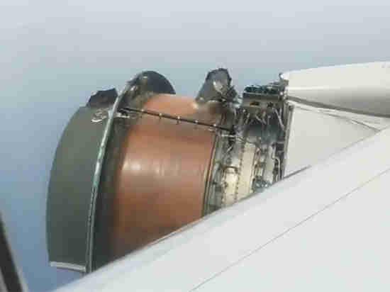Пассажиры United Airlines сняли на видео, как развалился двигатель Boeing