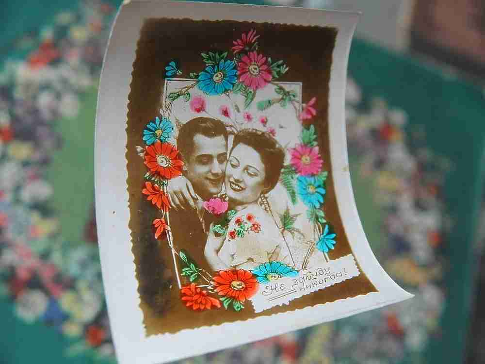 """Наши мамы с папами и бабушки с дедушками, как и современное поколение, умеют признаваться в любви и не стесняется это делать. Только вот Дня святого Валентина в пору их молодости не было. И для того, чтобы сказать о своих чувствах им не нужно было ждать повода и особенного дня. В СССР день Валентина был каждый день. А выразить свое особое отношение влюбленным помогали тематические открытки, продаваемые в киосках печати. Впрочем, зачастую """"валентинки"""" изготавливались самостоятельно. """"МК в Питере"""" узнал, какие открытки и подарки дарили друг другу советские парочки."""