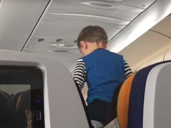 Пассажир рейса снял на видео мальчика, в которого вселился дьявол