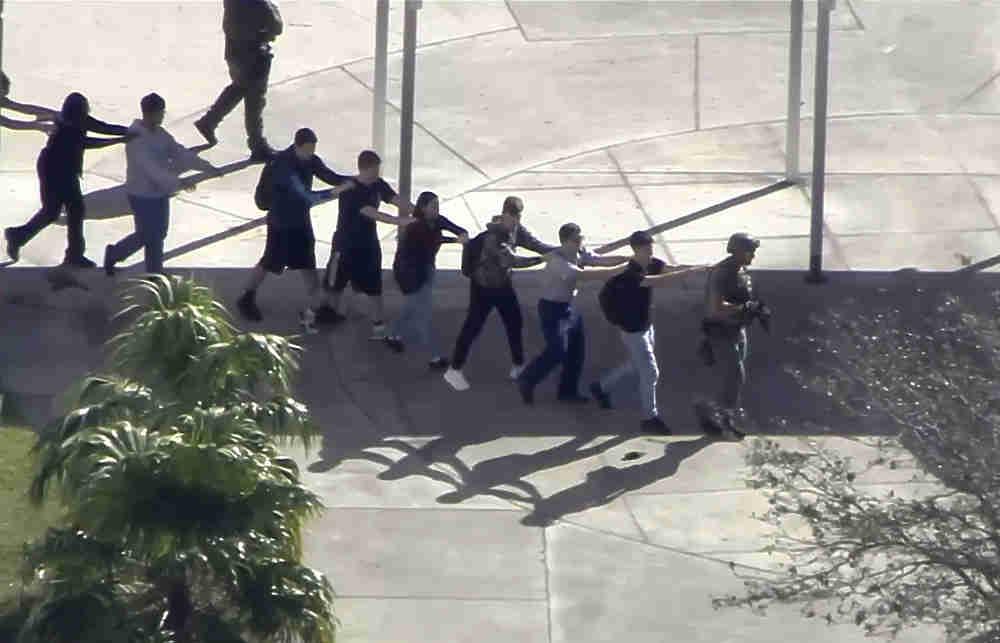 17 человек погибли и еще около 50 пострадали в результате стрельбы в одной из школ города Паркленд в штате Флорида. 19-летний Николас Круз был исключен из школы за нарушение дисциплины и угрозы, после чего решил отомстить. Юноша расстрелял школьников из полуавтоматической винтовки. Сам он был ранен при захвате полицией и в настоящее время находится в больнице. Ранее его одноклассники предупреждали, что он готовит нападение и публикует фото с оружием в соцсетях. На Круза, возможно, повлияла смерть его родителей — оба скончались в течение последних лет.