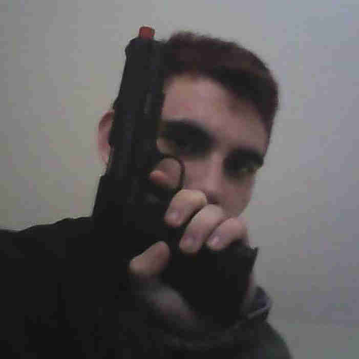 14 февраля 19-летний Николас Круз расстрелял в школе городка Паркленд, Флорида, США, 17 человек. Круз палил из винтовки Colt AR-15. Круз привел в действие пожарную сигнализацию, и начал стрелять по выбегающим людям - сначала перед зданием школы, а потом внутри. Среди убитых - и дети, и школьные сотрудники. Через час Круза скрутила полиция. Раньше Николас Круз был учеником школы в Паркленде. Он был помешан на оружии и угрожал соученикам. Недавно у Круза умерла мать, а отца он лишился еще 12 лет назад. Аккаунт Круза в инстаграме свидетельствует о его психопатии: он постоянно позировал с оружием. Его ник в соцсети - Nikolascruzmakarov, очевидно, связанный с названием пистолета.