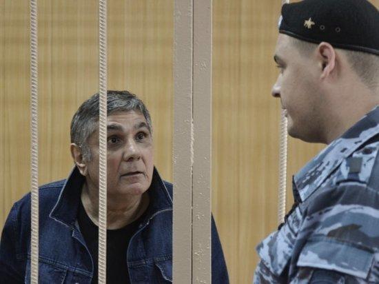 Шакро Молодому попросили 10 лет тюрьмы: «клетку» охраняла масса полицейских