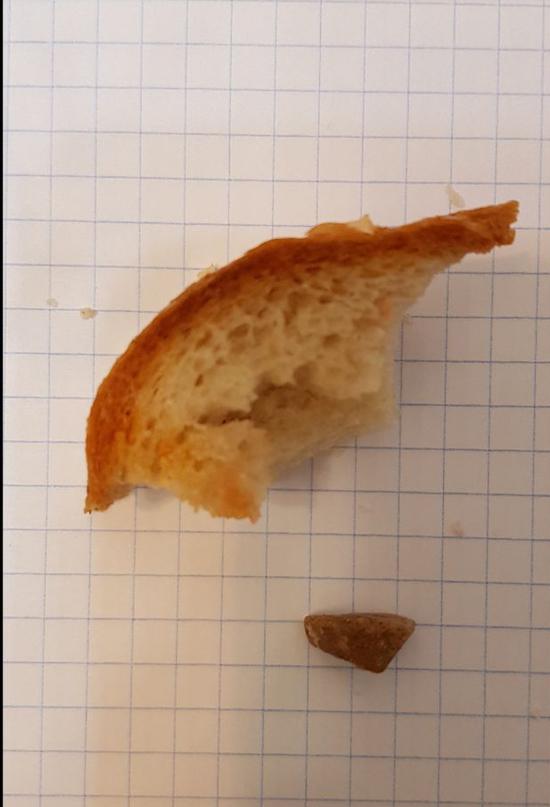 Москвичка обнаружила камень в батоне: зубы чудом остались целы