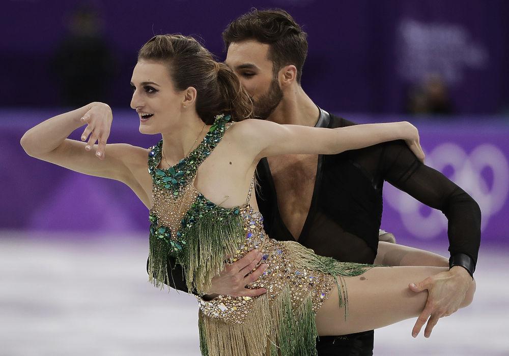 Французские финуристы Габриэла Пападакис и Гийом Сизерон — это звезды танцев на льду, начиная с 2014 года. В Москве на чемпионате мира этого года они выиграли золотые медали, а на Олимпиаде являются серьезными претендентами и на звание олимпийских чемпионов. Короткая программа в Пхенчане закончилась конфузом: прямо во время выступления на спортсменке расстегнулось платье, обнажив грудь девушки. Однако несмотря на это, 22-летняя Габриэль смогла откатать программу до конца, заняв вместе с Гийомом пока второе место. Пара тренируется вместе с четырех лет, их подготовкой сначала занималась мать Габриэлы — профессиональный тренер. Позже фигуристы перебрались в канадский Монреаль, где живут и тренируются. На льду Габриэлла и Гийом изображают страсть, но на самом деле не являются парой. Они говорят, что слишком много времени проводят вместе на тренировках, так что воспринимают друг друга скорее родственниками. Габриэлла более веселая, а Гийом по ее словам — злой и циничный. Оба учатся, Гийом планирует стать стилистом, рисует и занимается дизайном, а его партнерша мечтала стать актрисой. О личной жизни Пападакис мало что известно, но некоторое время она встречалась с фигуристом Стефано Карузо.