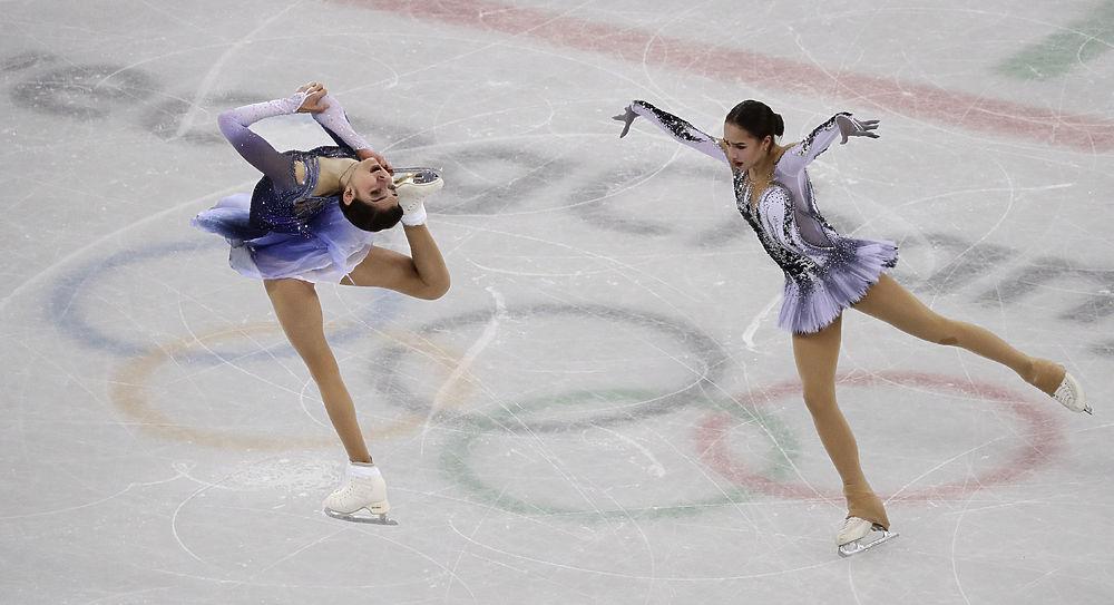 Настоящими триумфаторами стали российские фигуристки Алина Загитова и Евгения Медведева после проката короткой программы на Олимпиаде в Пхенчхане. Первой из россиянок на лед вышла Медведева - и сразу мировой рекорд - судьи поставили 81,61 балла. И это положило начало 10 минутам триумфа: Загитова, которая, как известно, катает самую тяжелую программу в мире, набирает 82,92 балла и бьет рекорд Евгении. Комментируя свои выступления, обе спортсменки порадовались своим достижениям, но завтра произвольная программа и расслабляться нельзя. Смотрите фото наших фигуристок - соперниц на льду и подруг в жизни.